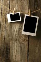 leere Fotos hängen an der alten Holzwand