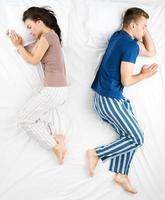 Draufsichtfoto des schlafenden Paares