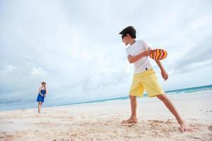 Mutter und Sohn spielen Frisbee