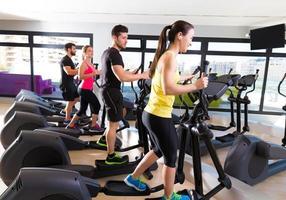 Aerobic Ellipsentrainer Trainer Gruppe im Fitnessstudio foto