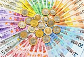 Nahaufnahme von Euro-Münzen und Banknoten foto