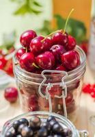 Sommerfrüchte Nahaufnahme Kirschen Glas verarbeitet