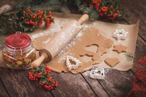 der Prozess des Backens von hausgemachten Keksen foto