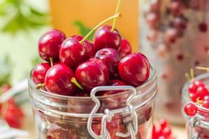 Sommerfrüchte Nahaufnahme Kirschen Glas verarbeitet foto