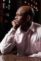 Seitenansicht des afrikanischen Mannes foto