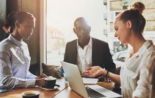 Gruppe multiethnischer Geschäftsleute bei einem Treffen foto