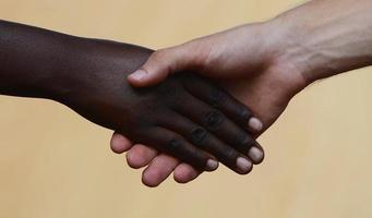 Wohltätigkeitsarbeit: Händeschütteln - Gleichheitssymbol foto