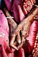 alte Dame faltige Hand mit Flyer