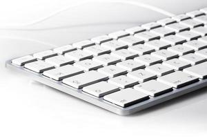 Tastaturisolat in weißer Weitwinkelansicht foto