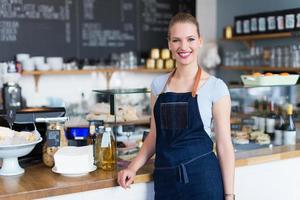 Kleinunternehmer im Café stehend foto