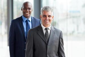 älterer Geschäftsmann und junger afrikanischer Geschäftsmann foto