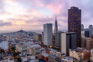 Skyline von San Francisco bei Sonnenuntergang in der Abenddämmerung