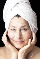 Frauenmaske auf ihrem Gesicht. foto