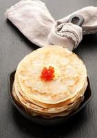 Pfannkuchen mit rotem Kaviar in der Pfanne foto