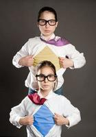 Zwei Mädchen öffnen ihr Hemd wie ein Superheld foto
