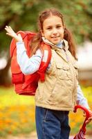 glückliches Schulmädchen foto
