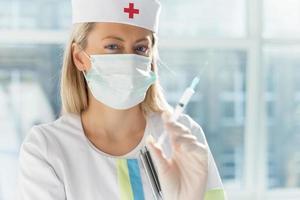 Krankenschwester hält Spritze