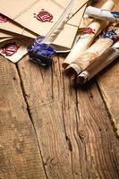 alte Papierrollen und blaue Tinte im Tintenfass