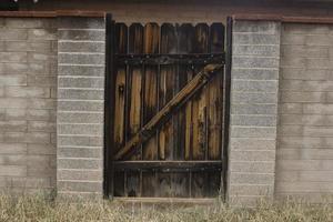 dunkles Holztor in der Gasse foto