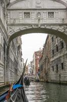 Kanal in Venedig Blick von der Gondel foto