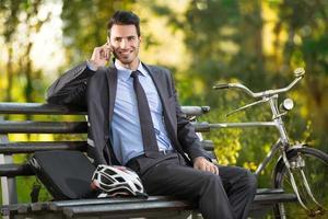 junger Mann mit seinem Fahrrad foto