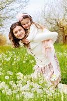 Mutter und Tochter im Feld mit Löwenzahn