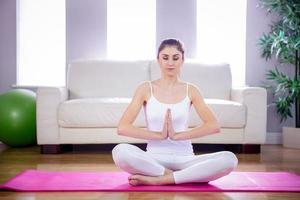 Fit Frau macht Yoga auf Matte foto