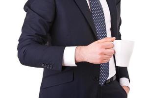 Geschäftsmann hält eine Tasse Kaffee. foto