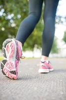 Nahaufnahmebild von rosa Laufschuhen foto