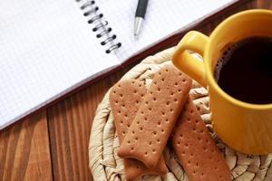 Machen Sie eine Pause von der Arbeit mit Kaffee und Keksen foto