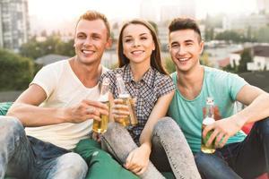 Freunde feiern auf dem Dach foto