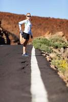Läufer streckt sich auf der Straße foto