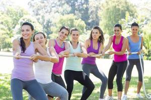 Fitnessgruppe spielt Tauziehen foto