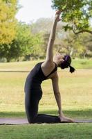 Frau in schwarzer Sportbekleidung macht Yoga