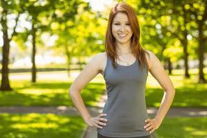 Porträt eines hübschen rothaarigen Lächelns foto