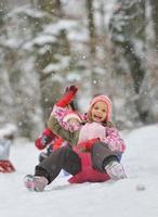 kleines Mädchen genießt eine Schlittenfahrt