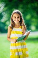 fünfjähriges Mädchen über die Natur foto