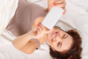 angenehmes Mädchen im Bett ruhen foto