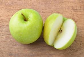grüner Apfel auf Hintergrund foto