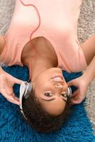 positives Mädchen, das Musik hört foto