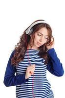 nettes Mädchen, das Musik hört foto