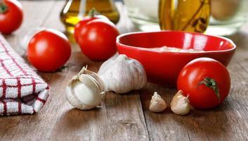Stillleben mit Tomaten und Knoblauchsauce foto