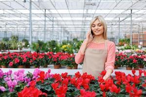 netter Florist, der mit Blumen arbeitet foto