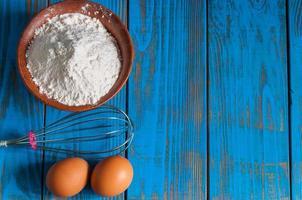 Backkuchen in der ländlichen Küche - Teig Rezept Zutaten Eier foto