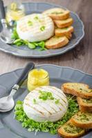 Gegrillter Camembert mit Kräutern, Baquettes foto