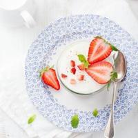 Erdbeer-Tiramisu, Kleinigkeit, Vanillepudding-Dessert mit Minzblättern foto