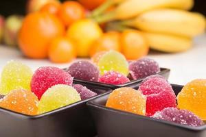Fruchtgelee und Obst foto