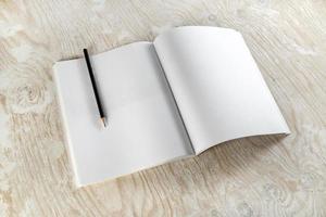 Broschüre mit einem Bleistift