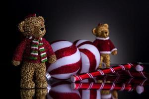 Weihnachtsschmuck mit Teddybären Zuckerstange und Weihnachtskugeln foto