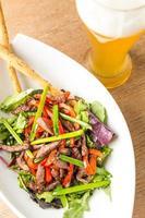 Salatteller aus Fleisch mit Gemüse und hellem Bären foto